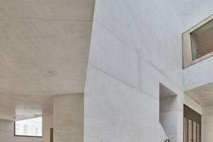Als lichtdurchflutetes Zentrum nimmt das Atrium die gesamte Gebäudehöhe ein