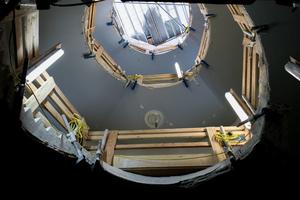 Im historischen Nachbargebäude des Rothschild-Palais wurden zwei Aufzüge integriert. Die hierfür erforderlichen Deckenöffnungen erwiesen sich für die Handwerker als große Herausforderung
