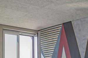 Detail der Wand- und Deckengestaltung im Verwaltungsgebäude mit den Akustikplatten von Joma