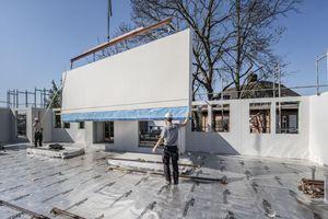 Alternative zu Holzwerkstoffplatten: Fermacell Gipsfaserplatten können als mittragende und aussteifende Beplankung von Wänden, als brandschutztechnische Bekleidung von Holzbauteilen sowie als aussteifende Komponente von Decken- und Dachscheiben verarbeitet werden