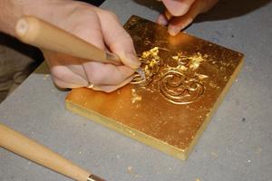 Das Vergolden will ebenso gelernt sein als Restaurator im Handwerk.