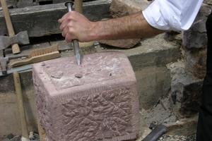 """Auch die Natursteinbearbeitung steht im Fokus des Lehrgangs zum """"Restaurator im Handwerk""""."""