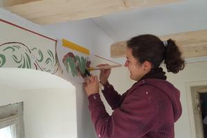 Auch das Anbringen neuer Wanddekore steht auf dem Programm. Dazu müssen zuerst alte Techniken gelernt und geübt werden, bevor sie vor Ort angewandt werden.