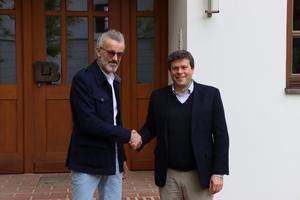 Besiegeln ihre künftige Zusammenarbeit symbolisch per Handschlag: Peter Gmeiner, Gründer von Lehmorange, (li.) und Thomas Bader, Geschäftsführer von Leipfinger-Bader (re.).