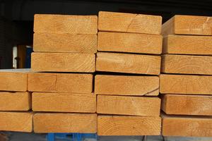 Die Preise für Schnittholzprodukte wie Konstruktionsvollholz (KVH), Dachlatten und Holzfaserdämmstoffe steigen. Die höheren Kosten können ohne Preisgleitklausel nicht an den Bauherren weitergegeben werden