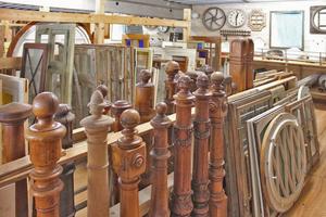 Florian Langebeck hat sich auf historische Türen spezialisiert. Darüber hinaus gibt es bei ihm aber auch alte Fenster, Treppen, Sanitärobjekte, Lampen usw.