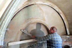 Nach dem Verputzen mit Kalk werden die Bögen und Gewölbe mit Holzlehren abgezogen