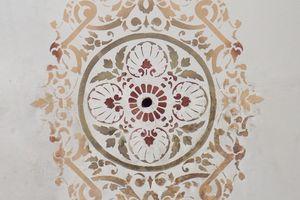 Im Gefolgesaal ergänzten die Restauratoren die Schablonenmalerei der Mittelrosette durch Spiegelung und Übertragung in unvollständige Ornamentbereiche