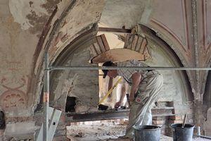 Einen Bogen, den man seinerzeit zu einer großen Öffnung erweitert hatte, um in den niedrigen Lagerraum oberhalb der Zwischendecke zu gelangen, mauerten die Handwerker auf einer Rundlehre wieder auf