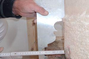 Anhand der Maße der Fußplatte und den Resten des Profils ließ sich eine Profillehre aus Metall für die Säulenbasis herstellen