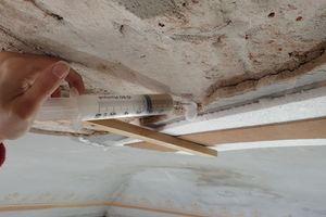 Lose Putzschichten wurden temporär gesichert und mit Hinterfüllmaterial auf Kalkbasis wieder an die Ziegelgewölbe angebunden