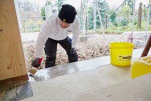 """Zur Vorbereitung wurden alle Bauteile abgeschliffen, gereinigt und auf den saugenden Betonuntergrund die Grundierung """"weber.prim 900"""" aufgetragen"""