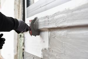 """Um auch die Bereiche an bodentiefen Fenstern und Türen vor eindringender Feuchtigkeit zu schützen, kam auch hier die Bauwerksabdichtung """"weber.tec Superflex D 24"""" in Kombination mit dem Dichtband """"weber.sys 982 SK"""" zum Einsatz"""