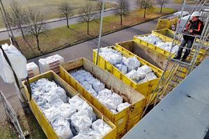 Bei der Verarbeitung auf der Baustelle angefallene Steinwollreste werden abgeholt