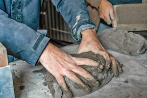 Der zu Mehl gemahlene Ziegelschutt wird eingesumpft und von Hand wie Brotteig in Formrahmen gedrückt<br />Fotos: Ninke Krook / StoneCycling