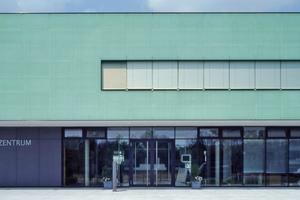 Auch außen lassen sich die Glaskeramikscheiben als vorgehängte hinterlüftete Fassade montieren
