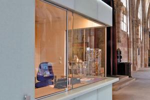 """Der aus cremeweißen Glaskeramikscheiben montierte Kubus in der Nürnberger Sebalduskirche steht in angenehmen Kontrast zum Bestand<span class=""""bildnachweis"""">Foto: Mirco Portolani</span>"""
