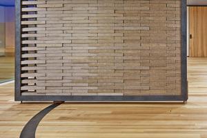 """Rechts: Die quadratische Wand im """"NEST"""" lässt sich jeder Zeit wieder auseinanderbauen, da die Ziegelsteine nicht über Mörtel miteinander verbunden sind<span class=""""bildnachweis"""">Foto: Zooey Braun</span>"""