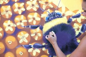 Der Künstler arbeitete mit seinem Team sehr detailliert: Auch Hummeln fliegen über die Fassade