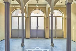 Vier neue Stahlstützen wurden aus Winkelstahl, nach Vorgabe des Denkmalschutzes, unter die Bögen der Vorsynagoge eingebaut