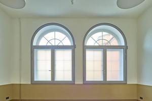 Vor allem aus sicherheitstechnischen Gründen wurde vor die Fenster von innen, nach dem Kastenfenster-Prinzip, ein zweites Fenster gesetzt