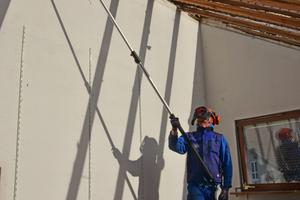 """Mit dem Hochentaster lassen sich von einer sicheren Position aus und in körpergerechter Haltung die Dachsparren vom Firstbalken schneiden<span class=""""bildnachweis"""">Fotos: Stihl</span>"""