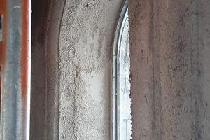 Im Unterputz mit Schablonenzug hergestellte grobe Profilierung zu den Fensterlaibungen