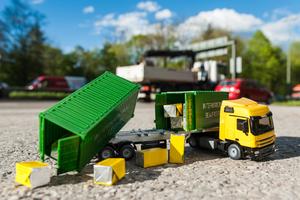 Wenn Ladung nicht richtig gesichert ist, ist die Gefahr eines Unfalls hoch. Eine Transportinhaltversicherung sichert die Ladung ab.