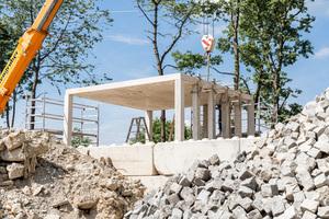 Auf dem Gelände der Bayernkaserne können sich Bauträger beim Musterpavillon aus Recyclingbeton über Einsatzmöglichkeiten informieren.