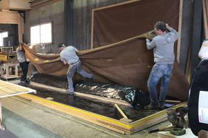 Nach dem Fräsen der drei Segmente der Treppensäule mit der CNC-Maschine wurden sie in der Vakuumanlage furniert