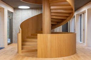 Kern des Innenausbaus ist die Spindeltreppe aus Holz, die vom Erdgeschoss bis in das dritte Obergeschoss führt