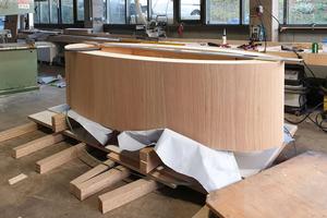 Der ovale Fuß für den großen Tisch im Konferenzraum besteht aus 24 zwei Millimeter dicken Furnierschichten. Als Grundgerüst diente eine Form aus Biegesperrholz