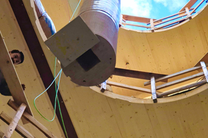 """<irspacing style=""""letter-spacing: -0.01em;"""">Durch die Öffnung der Lichtkuppel konnten per Kran die großen Einzelstücke der Treppensäule in das Gebäude gehoben werden</irspacing>"""