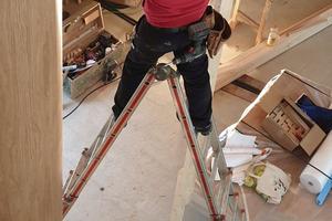 Die Mittelsäule wurde zuerst aufgebaut und temporär verstrebt. Dann wurden von unten nach oben sechs bis sieben Tritte und Steigungen sowie die Wangenstücke angebracht