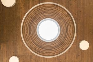 Über der Treppe befindet sich eine Lichtkuppel mit einem Durchmesser von über 3 m