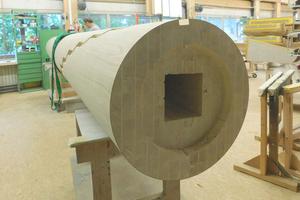 Bei der Treppensäule handelt sich um eine Art Rohr, das aus 14 Holzlagen zusammengeleimt wurde