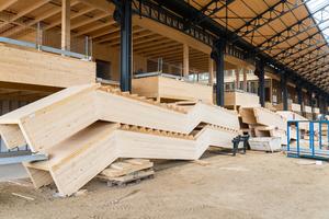 Die Scherentreppen dienen der Aussteifung gegenüber den horizontal und diagonal einwirkenden Kräften. In den Knicken der Treppen haben die Handwerker große Schlitzbleche zur Verbindung montiert