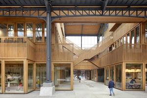 Die Eichenholz-Elemente für die Tür- und Fensterrahmen sowie die Balustraden wurden von einem niederländischen Zimmerei- und Tischlereibetrieb hergestellt