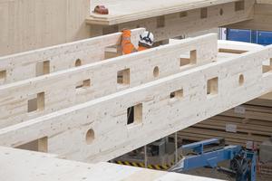 Auf Unterzügen aus Leimholzbindern wurden Rippenträger aus BSH verlegt, in die die Öffnungen für Rohre und Kabel schon eingefügt wurden