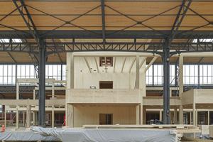 Die Tragstruktur der Holzbauten hat man aus statischen Gründen vom bestehenden Tragwerk entkoppelt