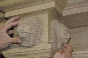 Die nach historischem Vorbild gefertigten Löwenköpfe für die Portaltür erforderten eine hohe handwerkliche Expertise
