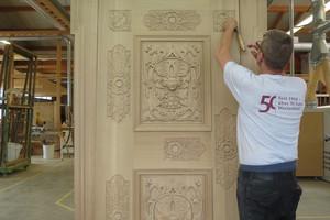 Die Holztüren sind besonders prunkvoll geschnitzt