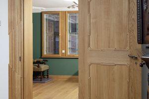 Alle Innentüren sind aus massiver Eiche gefertigt und mit Leinöllasur eingelassen