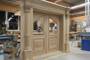 Die fertiggestellten großen Türen bauten die Handwerker in der Werkstatt in Lemgo zusammen und prüften sie auf Funktionalität