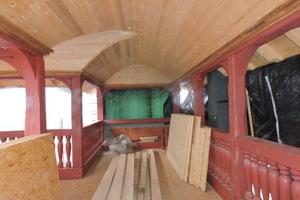 """Für die Laube errichteten die Mitarbeiter von Kramp &amp; Kramp die tragende Konstruktion mit Stützen und Dachstuhl und die Schiebeläden entlang der Wände <span class=""""bildnachweis"""">Foto: Kramp &amp; Kramp</span>"""