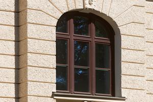 """Die neuen Holzdenkmalfenster """"HF 82 Effizient Stil"""" von Kneer-Südfenster entsprechen in Teilung, Sprossen und Aussehen den früheren Originalen"""