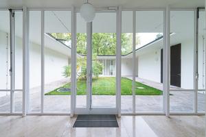 Die neuen Glasfassadenelemente sollten in ihren Abmessungen und Profildimensionen den Bestandsfenstern entsprechen. Die Saint-Gobain Zweifach-Isolierverglasungen mit Planitherm XN sorgen für hohe Lichtdurchlässigkeit und erhöhte Wärmedämmung