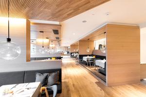 """Die Echtholz-Akustik-Paneele """"Ligno Akustik"""" sind auch in den Sitznischen des Restaurants verbaut"""