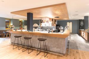 Der Echtholz-Himmel in Eiche gibt der Bar im Raum einen gestalterisch ansprechenden Rahmen