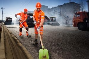 Das Hi-Vis Stretch-Programm des Kölner Hersteller Bierbaum-Proenen richtet sich an Straßenbauer und verbindet Warn- mit UV-Schutz. Es umfasst T-Shirts, Shorts, Arbeits- und Latzhosen